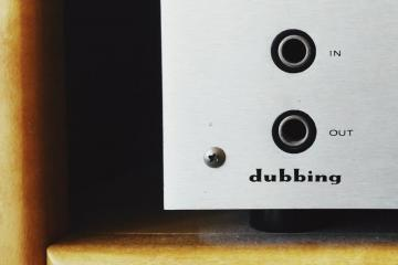 Image of an audio receiver, saying dubbing