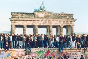 Picture of the Brandenburg gate with the Berlin wall